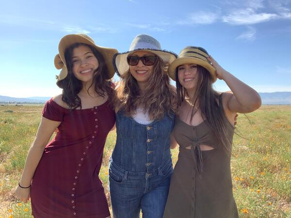 Melody with her mom Lorena and her sister Jessica Fuentes